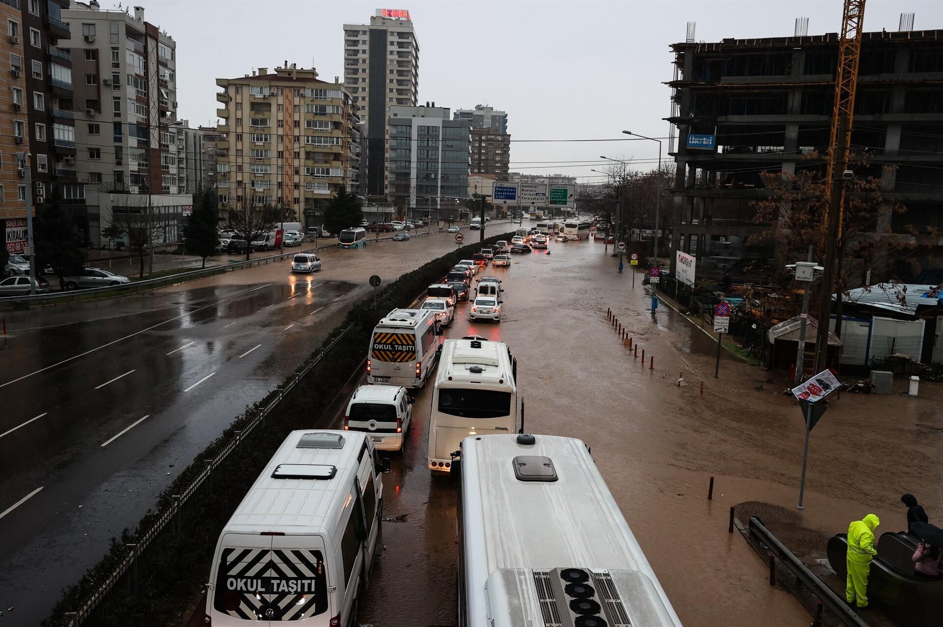 Son dakika: İzmir'deki olağanüstü sağanak yağış için peş peşe açıklamalar! 2 kişi hayatını kaybetti