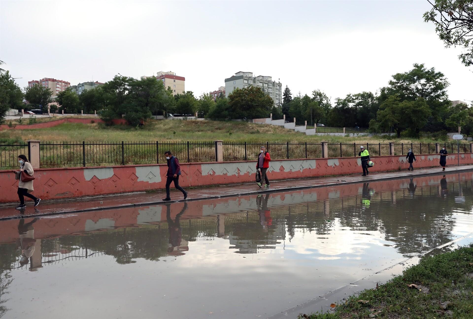 Bu kareler Ankara'dan! Dere taştı, çok sayıda evi su bastı