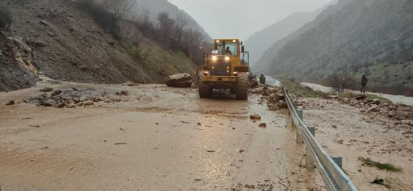 Hakkari'de sel ve heyelan nedeniyle yollar kapandı