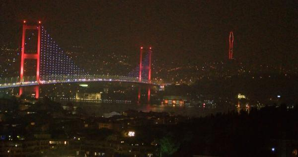 Çamlıca Televizyon Kulesi Türk Bayrağı'na büründü
