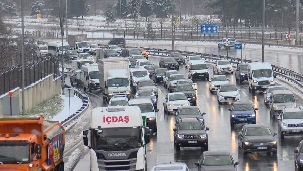 İstanbul'da kar nedeniyle trafik yoğunluğu