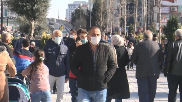 Esenyurt'ta AVM önlerinde yoğun kalabalık