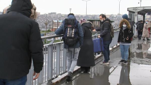İstanbul'da vatandaşların üst geçit çilesi: Survivor gibi...