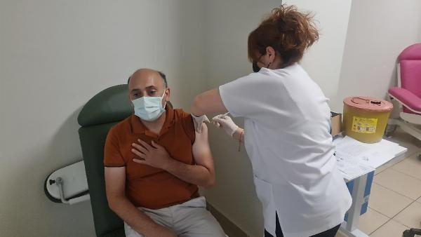 Bakan Koca'nın fotoğrafını paylaştığı Serpil hemşireden herkese aşı daveti