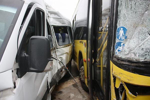 Diyarbakır'da servis minibüsü ile halk otobüsü çarpıştı: Yaralılar var