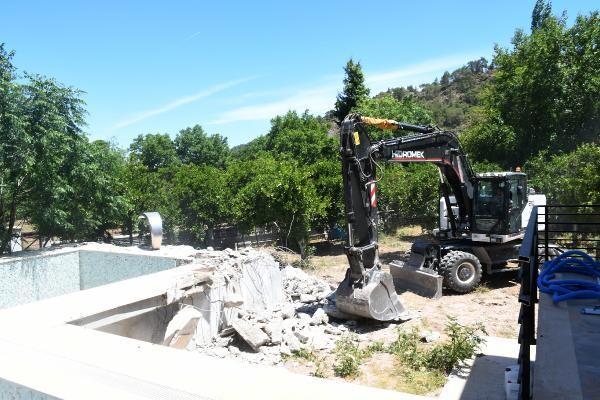 Eski Kemer belediye başkanı Mustafa Gül'ün eşinin kaçak villası yıkılıyor