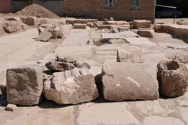 Perre Antik Kenti'ndeki kazılarda sütun ve yazıtlar bulundu