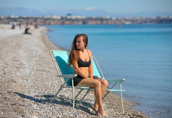Meteoroloji kar uyarısı yaparken Antalya'da denize girdiler