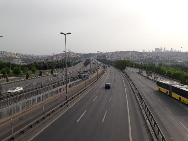 Sokağa çıkma yasağının ilk gününde İstanbul'da yollar ve meydanlar boş kaldı