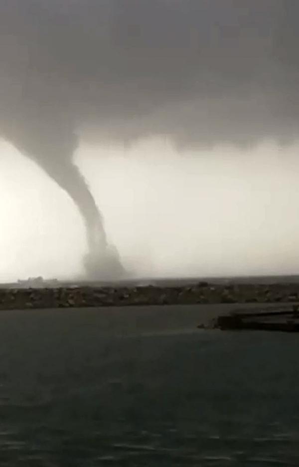 Antalya'da denizde çıkan hortum görüntülendi