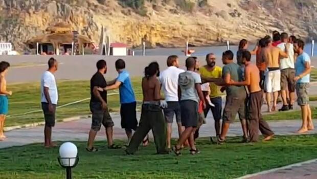 Fethiye'de yamaç paraşütü pilotlarının müşteri kavgasını turistler görüntüledi