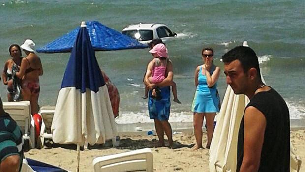 Denizde yüzenlere araba çarptı: Ölü ve yaralılar var!