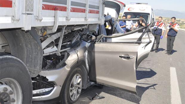 Otomobil TIR'ın altına girdi: 2 ölü, 6 yaralı