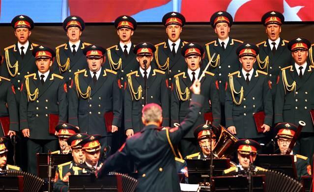 Haluk Levent, Rus Kızılordu Korosu'yla konser verdi
