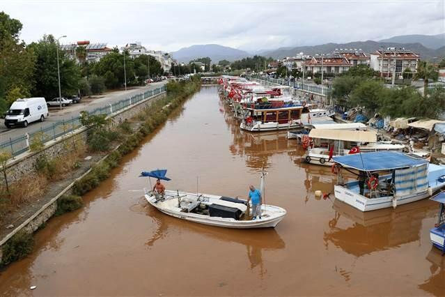 Son dakika haberler: Antalya'yı fırtına vurdu, bir kişi hayatını kaybetti... Fethiye'de denizin rengi değişti