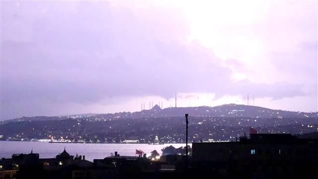Son dakika... İstanbul'da sağanak etkili oldu, şimşekler gökyüzünü aydınlattı. Yeni uyarı geldi