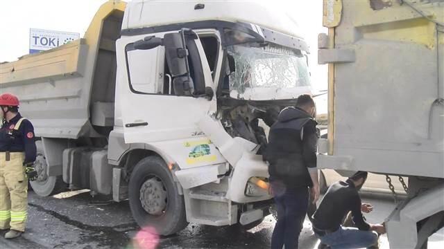 Başakşehir'de hafriyat kamyonları çarpıştı