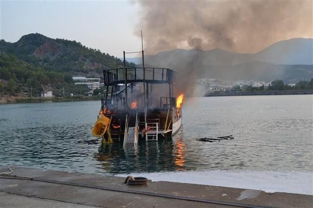 Mersin'de tur teknesi yandı