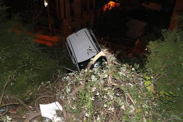 Sabaha karşı Kağıthane'de ilginç kaza... 7 metrede asılı kaldı