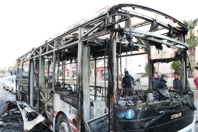 Çanakkale'de halk otobüsü alev alev yandı, yolcular son anda kurtuldu