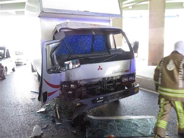 Üsküdar'da kamyonet halk otobüsüne çarptı