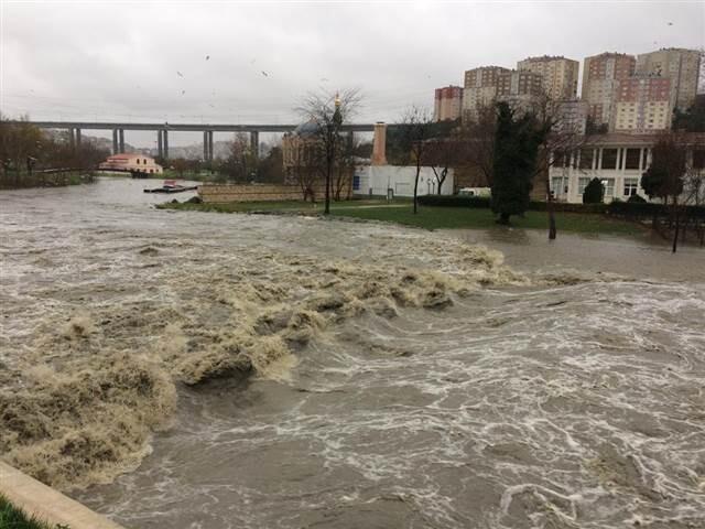 Son dakika hava durumu: Meteoroloji uyarmıştı, İstanbul'da kar başladı, Sarıyer'de dere taştı