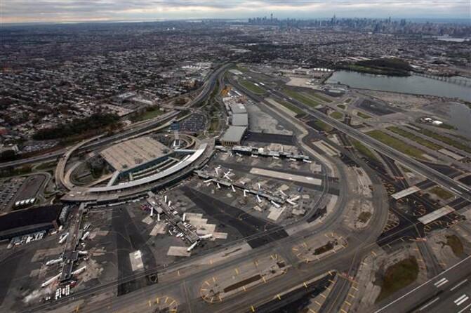 New York'taki LaGuardia havalimanında 'bomba' paniği