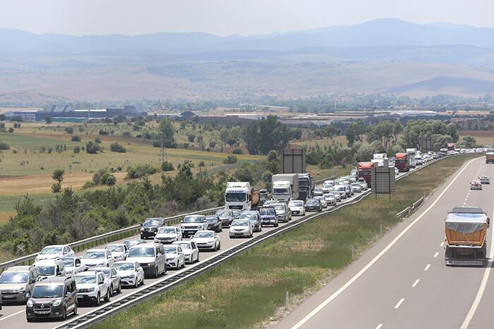 Anadolu Otoyolu'nda uzun araç kuyrukları oluştu
