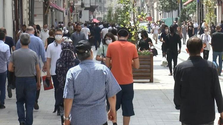 İstiklal Caddesi'nde dikkat çeken kalabalık!