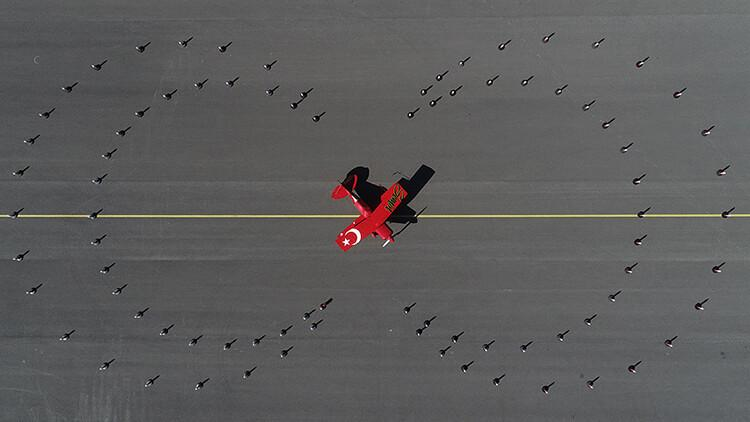Akrobasi pilotundan Cumhuriyet Bayramı'na özel gösteri