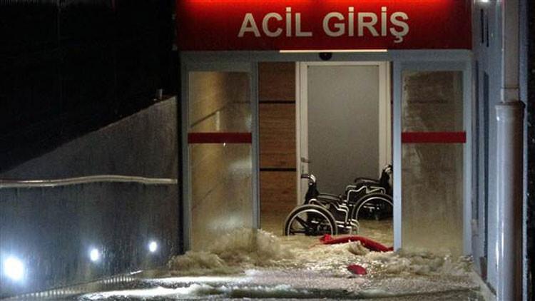 Edirne yağmura teslim oldu! Acil'i su bastı, caddeler kapandı