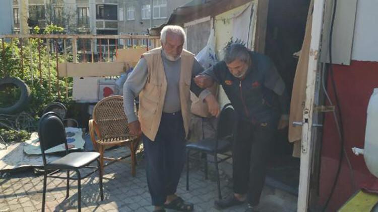 Arnavutköy'de 80 yaşındaki baba, barakada  60 yaşındaki hasta oğluna bakıyor