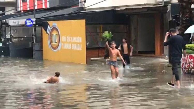 Son dakika haberler... İzmir'de sağanak hayatı felç etti! Sokaklar göle döndü