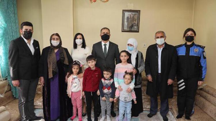 601ab6ac0f25443118e2e2a5 - Hakkari Valisi Akbıyık'tan şehit ailelerine ziyaret