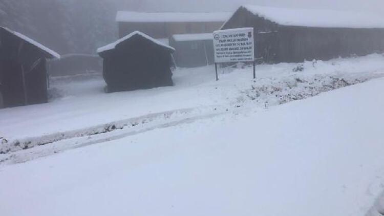Hendek'te kar yağışı nedeniyle yayla yolları kapatıldı