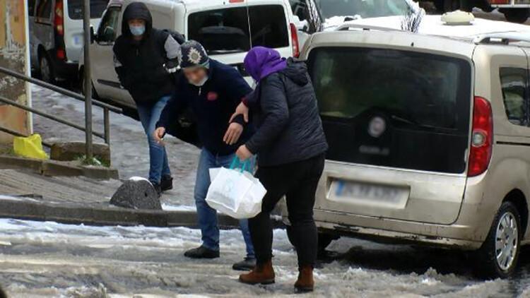 Kağıthane'de karlı yollarda düşmemek için büyük çaba gösterdiler