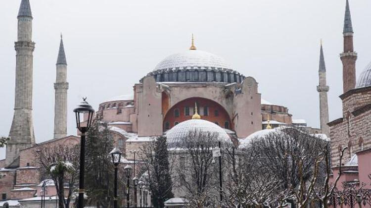 Kar yağışı Sultanahmet Meydanı'nda kartpostallık görüntüler oluşturdu