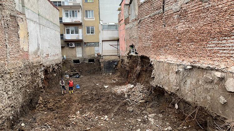 Uşak'ta tahliye edilen iki katlı bina çöktü!