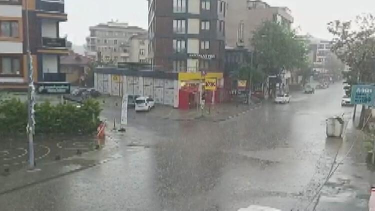 İstanbul'da Anadolu Yakası'nda dolu sürprizi! Çekmeköy'de sürücüler köprü altlarına sığındılar