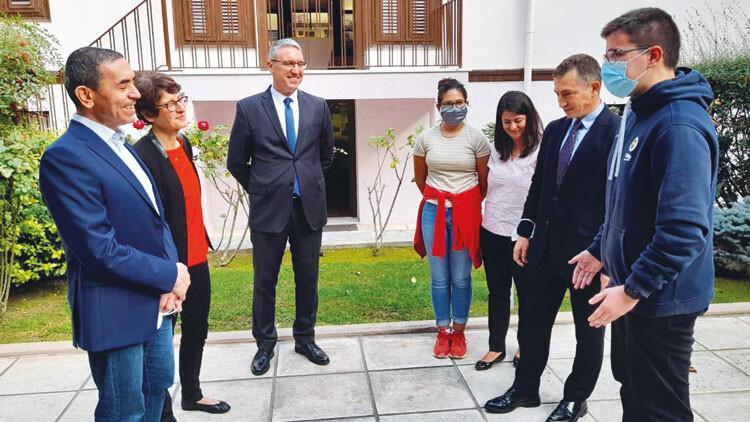 Dünyanın gururu Türk çift Ata'nın evinde
