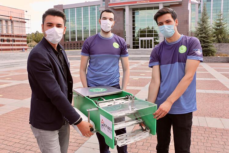 Eskişehir'de üniversite öğrencileri su yüzeyini temizleyen robot geliştirdi